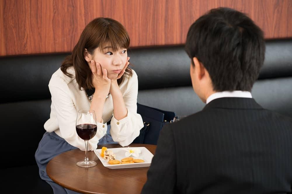 レストランで喧嘩するカップル