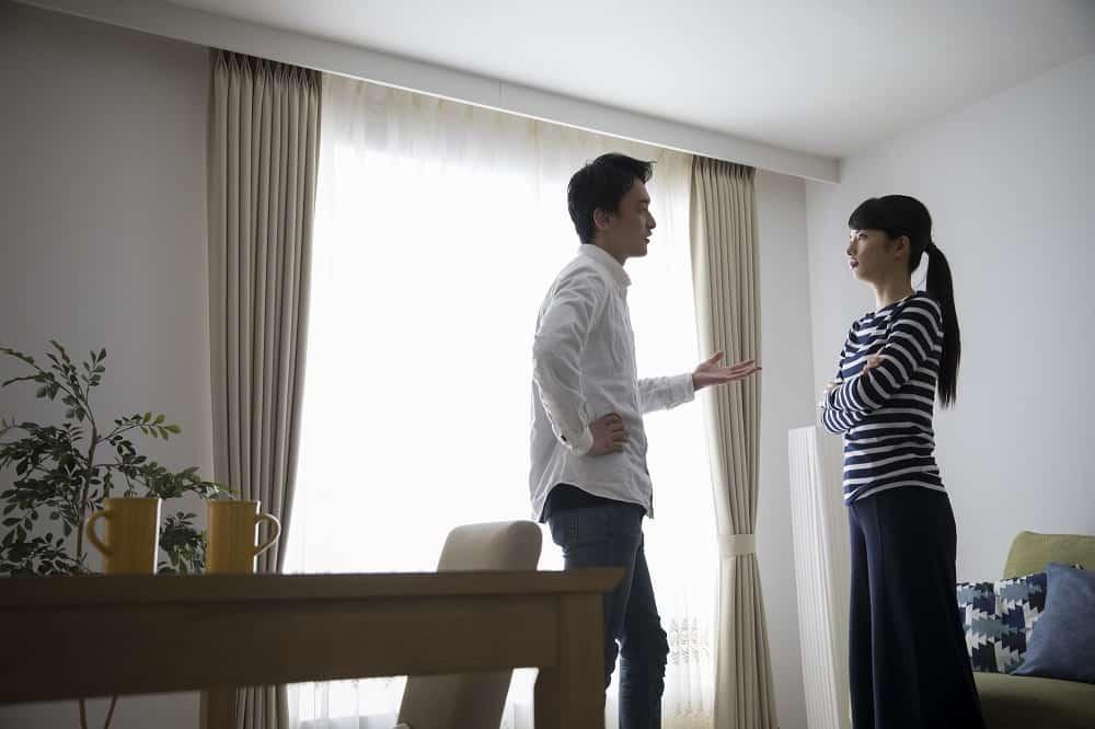 家で喧嘩するカップル