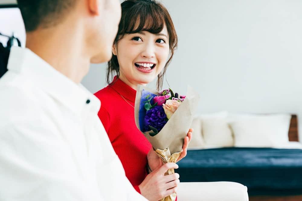 花を渡す女性