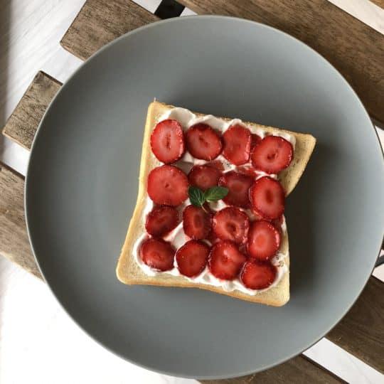 5分で完成!イチゴを敷き詰めただけでカフェ風トーストができた!