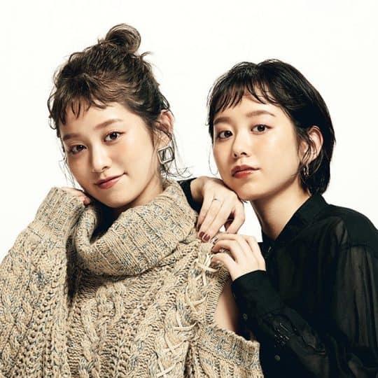 双子姉妹はどこまで似てる? ファッションやポーチの中身を大検証
