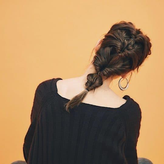Vネックニットの日のヘアアレンジは「4段くるりんぱ」でこなれ感を♡
