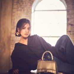 春カジュアルに合わせたい! バレンシアガの長く愛せる名品バッグ「HOURGLASS」
