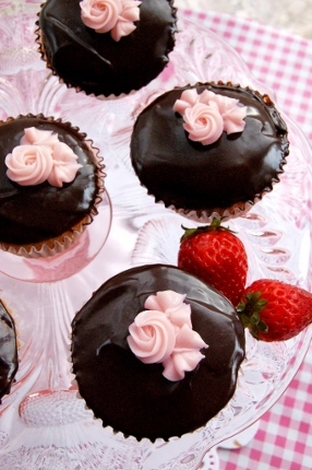 Chocolate Covered Strawberry Cupcakes (286x430)