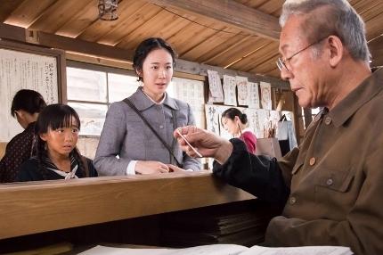 『母と暮せば』WEBサブ③(町子&民子&復員局の職員) (430x286)